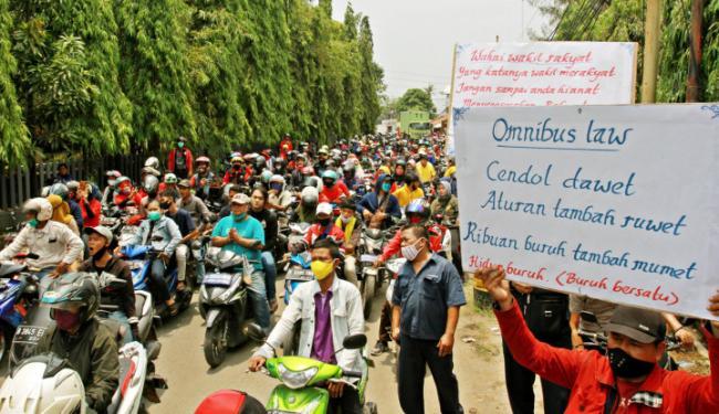 Tak Cuma Tuai Protes di Jalan, 1,35 Juta Orang Juga Tolak Omnibus Law Lewat ....