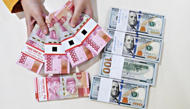 Adu Sengit Trump vs Biden: Dolar AS Luluh Lantak, Rupiah Menang Mutlak!