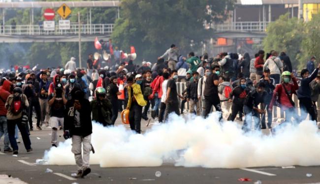 Ratusan Demonstran Dipukul Mundur hingga ke Pasar Senen